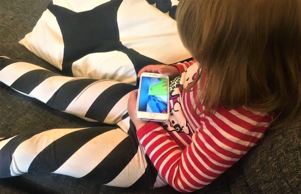 Lapsi katsoo youtubea puhelimesta