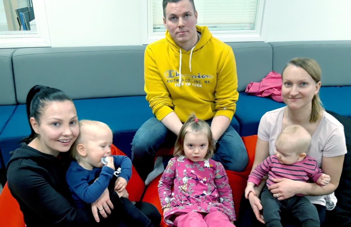Tiia Ikäheimonen (vas.) ja runsaan vuoden ikäinen Leo, Jani Hartikainen, 3-vuotias Ninni Pohjola sekä Tiia-Maria Pohjola ja Eevi 7 ,5 kuukautta ovat Siilinjärven Vuorelan avoimen päiväkodin vakiokävijöitä.