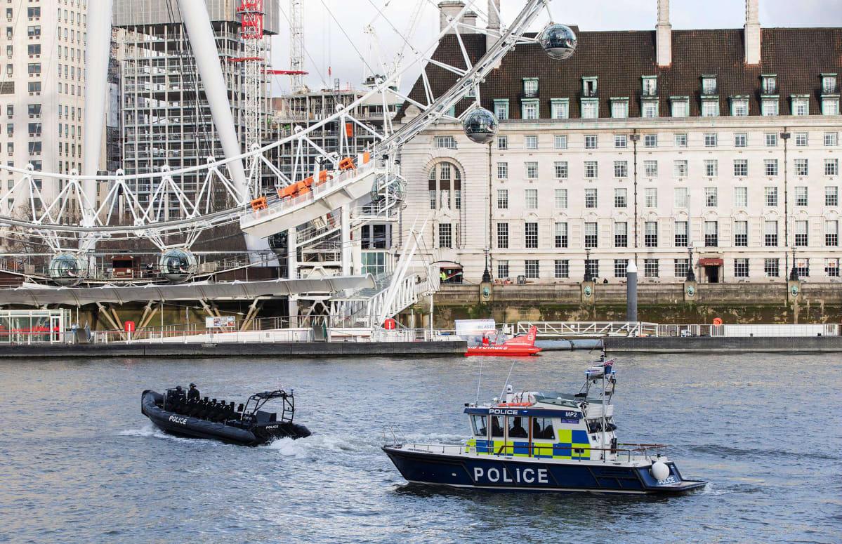 Poliisiveneet partioivat Thames-joessa, Lontoossa 22. maaliskuuta.