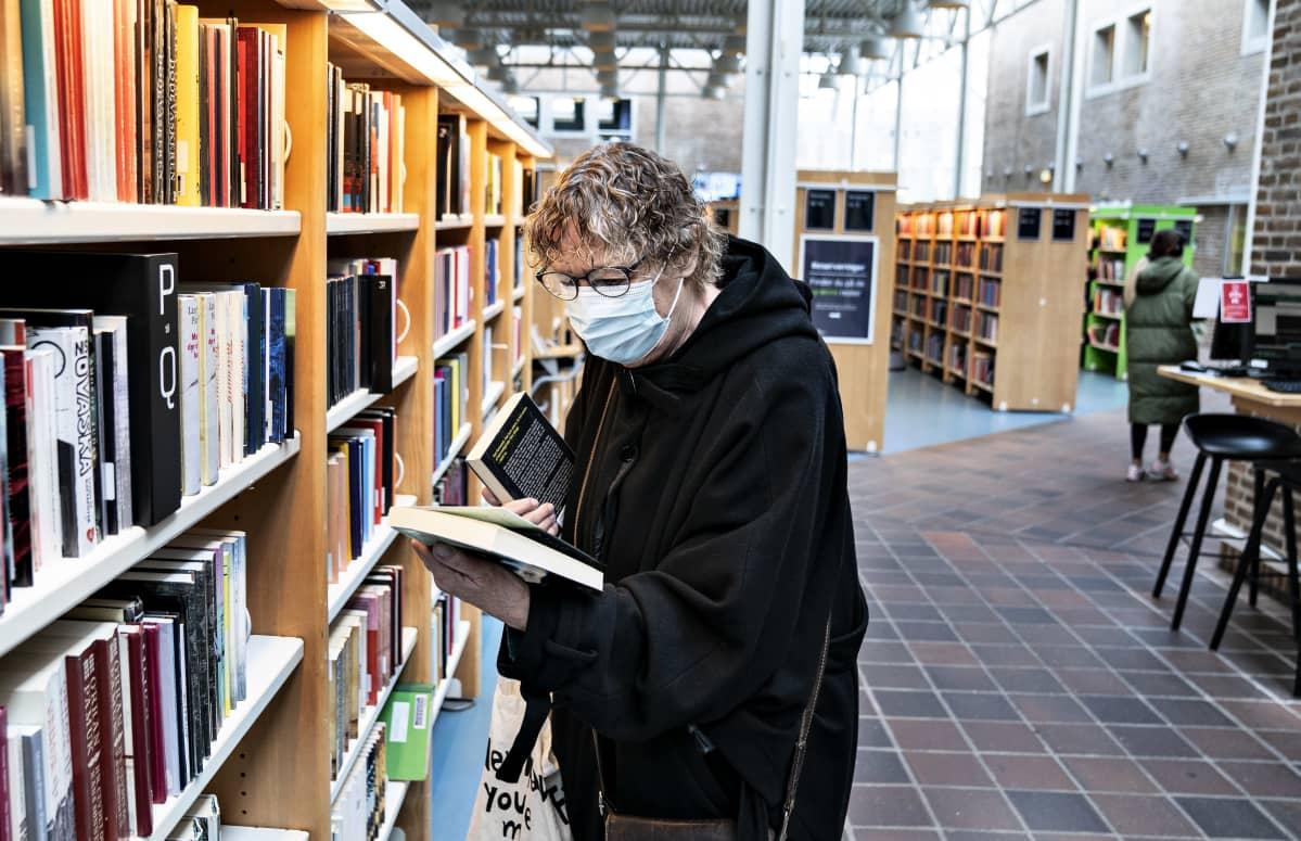 29. lokakuuta maskipakko ulotettiin Tanskassa myös julkisiin sisätiloihin. Aalborgin kirjastossakin niitä on nyt käytettävä.
