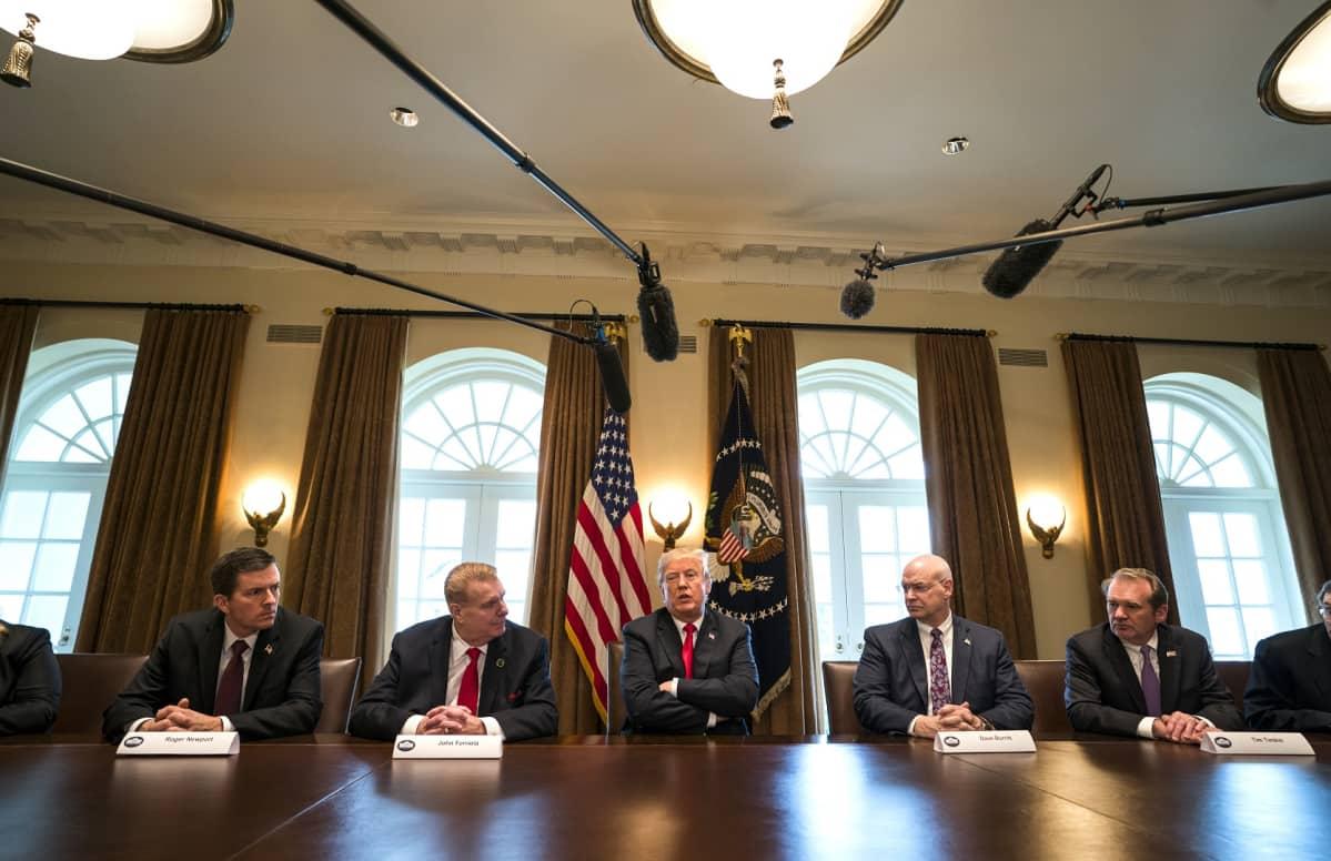 Trump kertoi tuontitulleista tavatessaan teräs- ja alumiiniteollisuuden johtajia 1. maaliskuuta 2018.