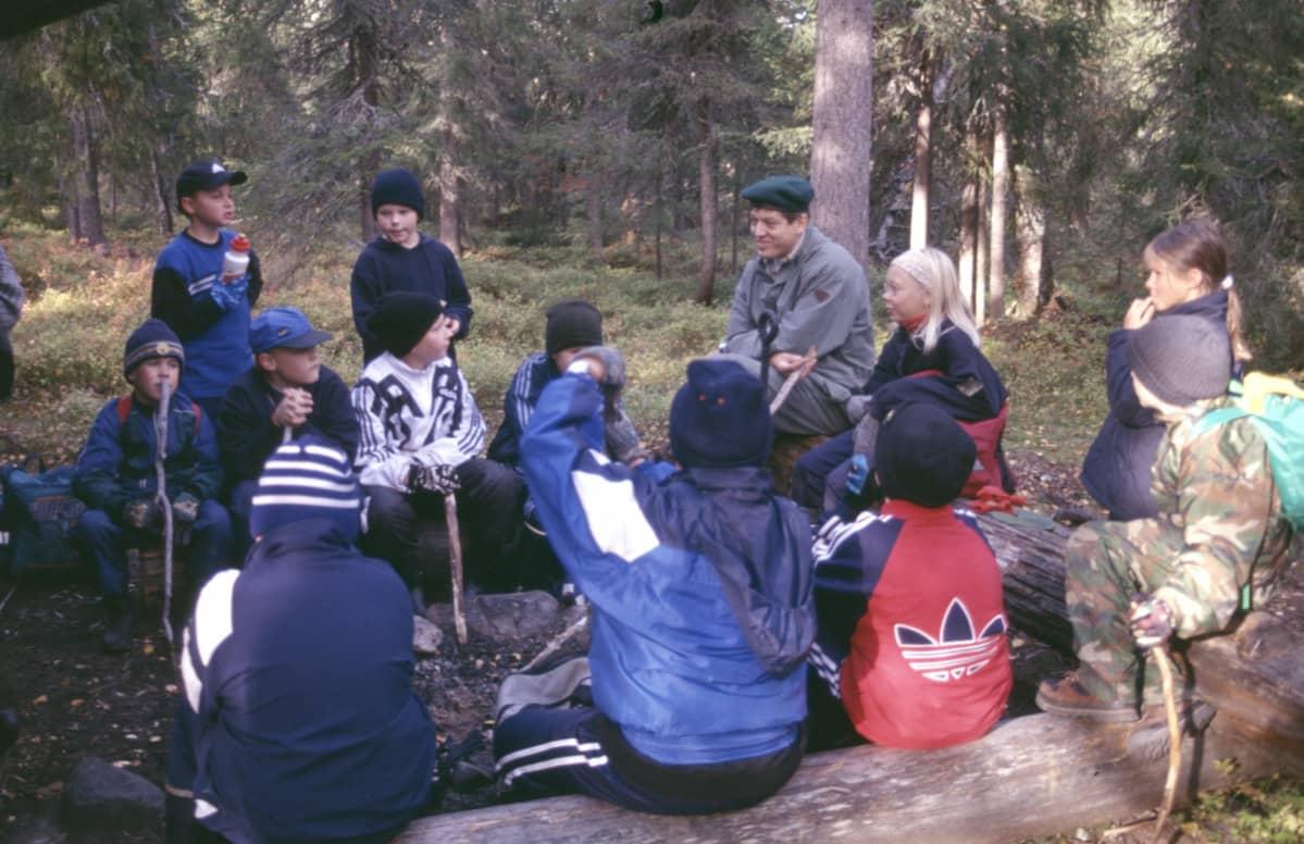 Lapsia luontoretkellä