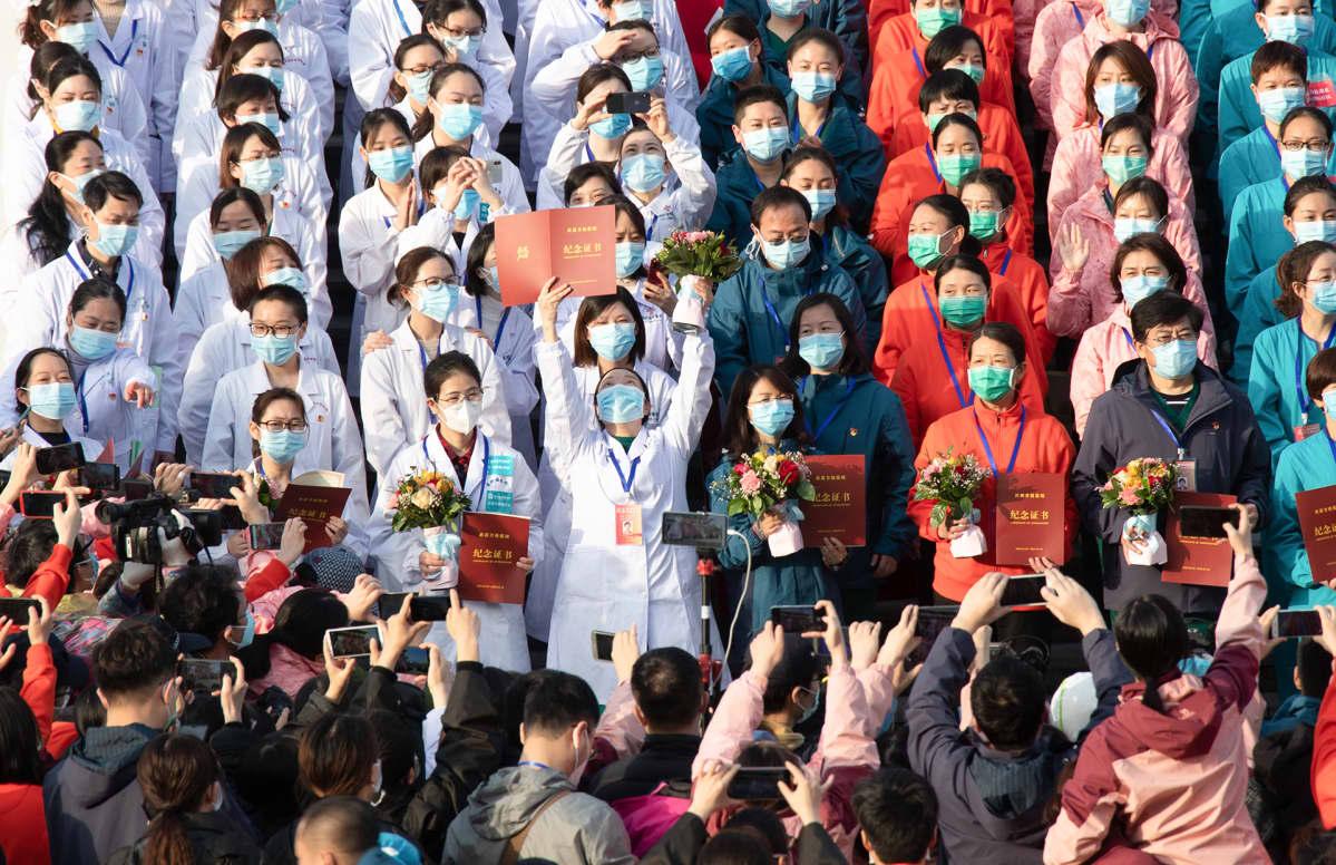 Terveydenhoitohenkilökunta juhlii Wuchang Fangcang sairaalassa kun kaikki koronapotilaat voitiin kotiuttaa.