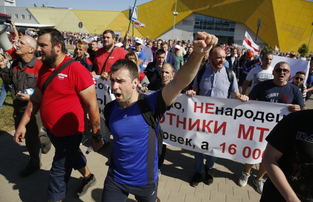 Mielenosoittajat marssivat Minskissä