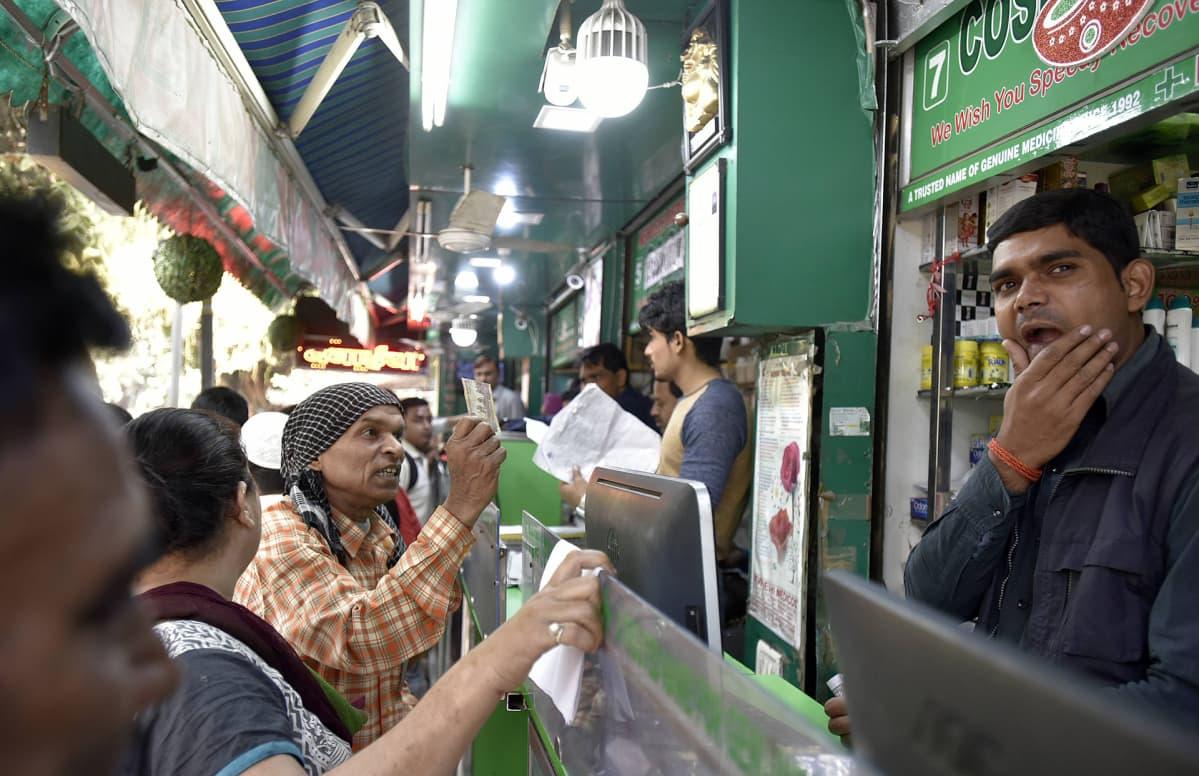 Mies apteekin tiskillä Delhissä.