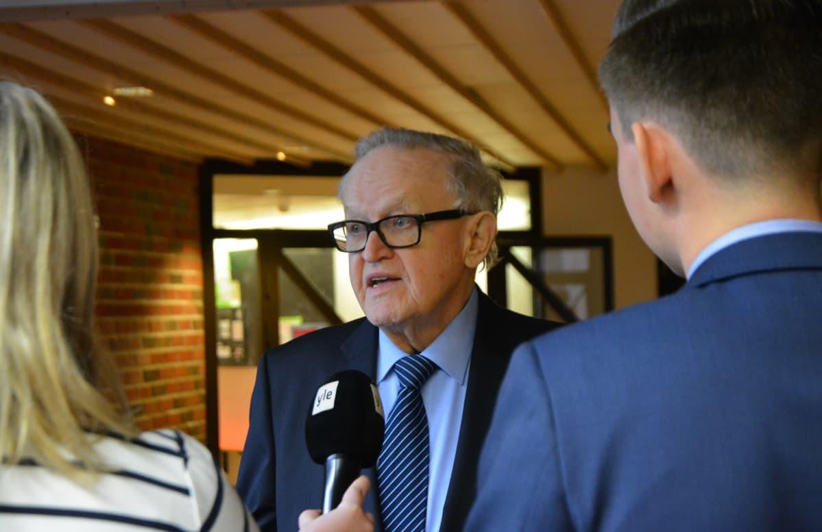 Variskan yläkoulun oppilaat Ada Laitanen ja Aatu Puisto pääsivät haastattelemaan presidentti Ahtisaarta.