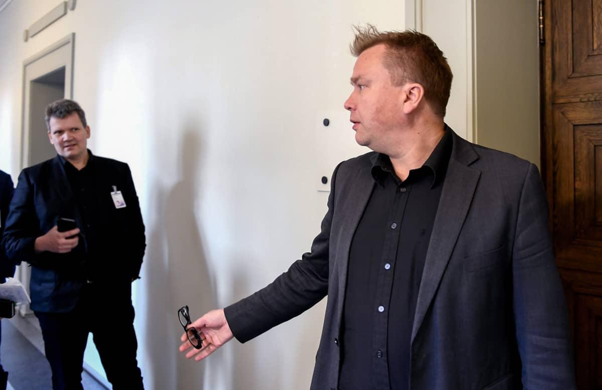 Keskustan kansanedustaja Antti Kaikkonen eduskunnassa Helsingissä 3. toukokuuta.