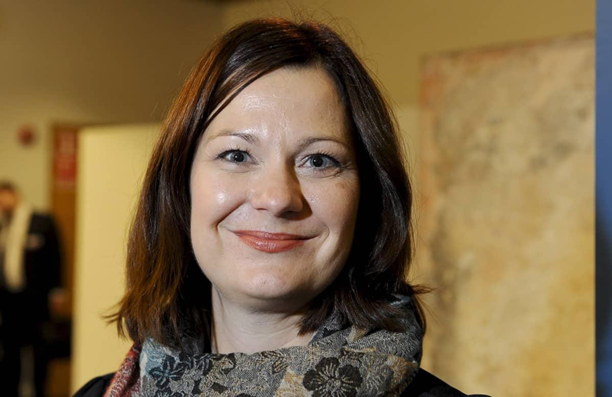 Kokoomuksen uudeksi puoluesihteeriksi valittu Minna Arve puhuvat toimittajille Arven valinnan jälkeen kokoomuksen puoluevaltuuston kokouksessa Helsingissä 4. lokakuuta 2014.
