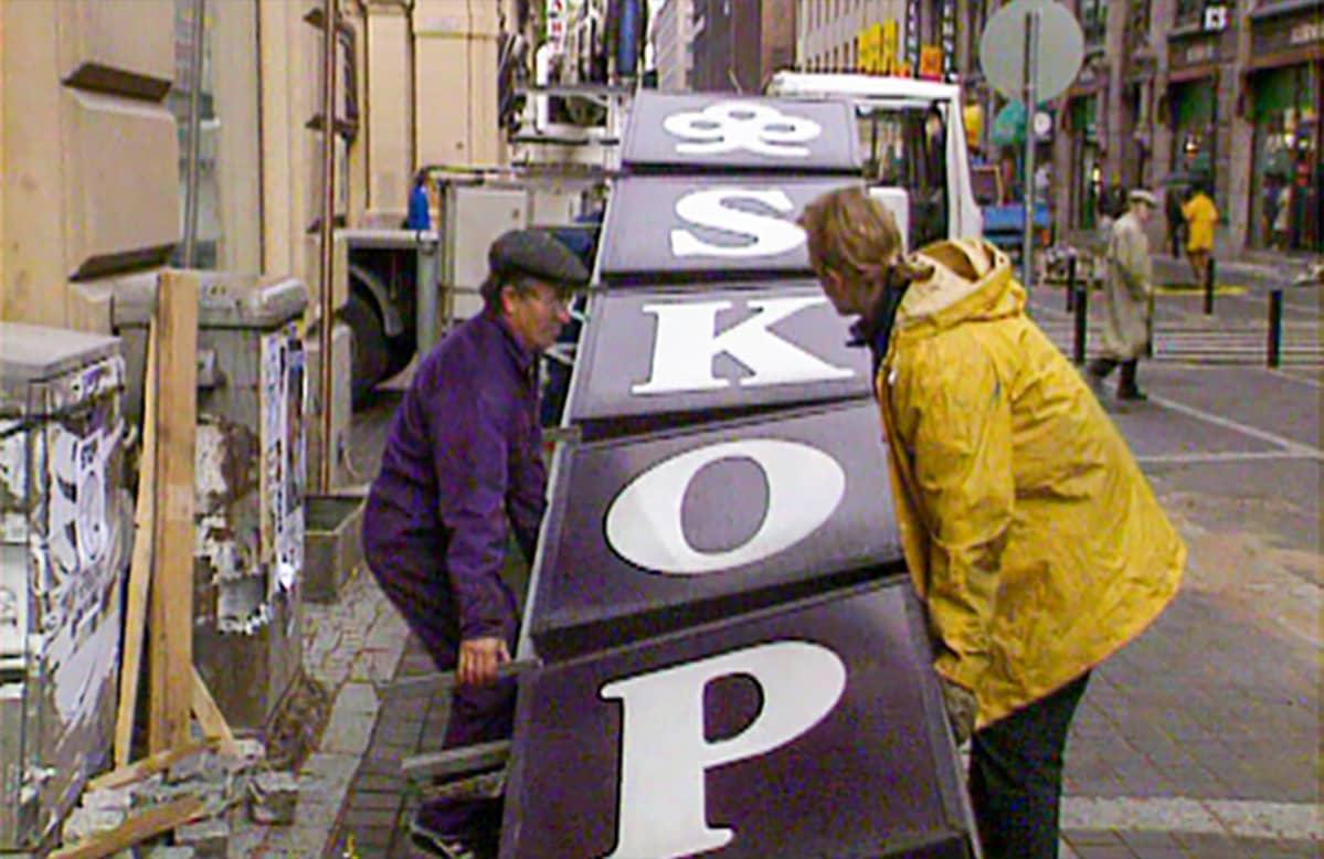 SKOP:n kyltti revittiin alas 17.9.1993 Helsingin Aleksanterinkadulla.