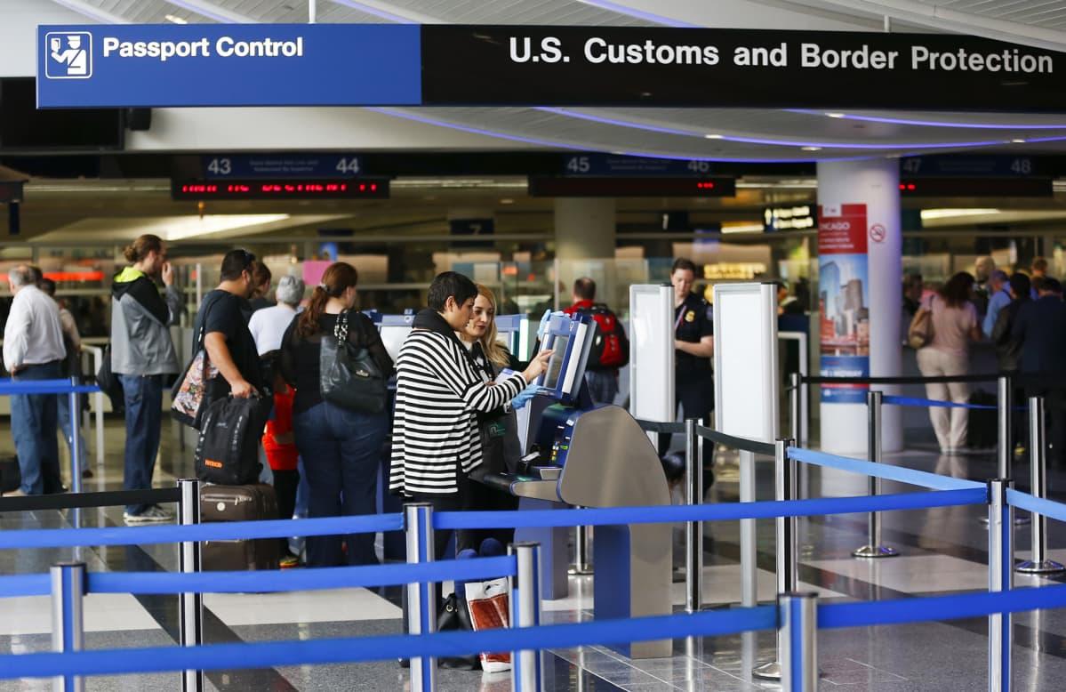 Passintarkastuspiste Chicagon kansainvälisellä lentokentällä Illinoisissa vuonna 2014.