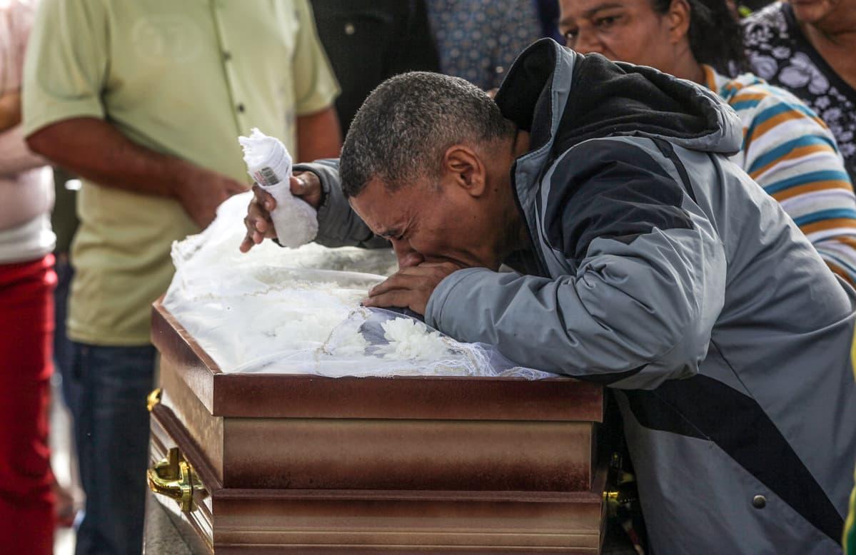 Mies suree poliisin ja huumeliigan ristitulessa luotiiin kuolleen sukulaisensa hautajaisissa heinäkuussa.