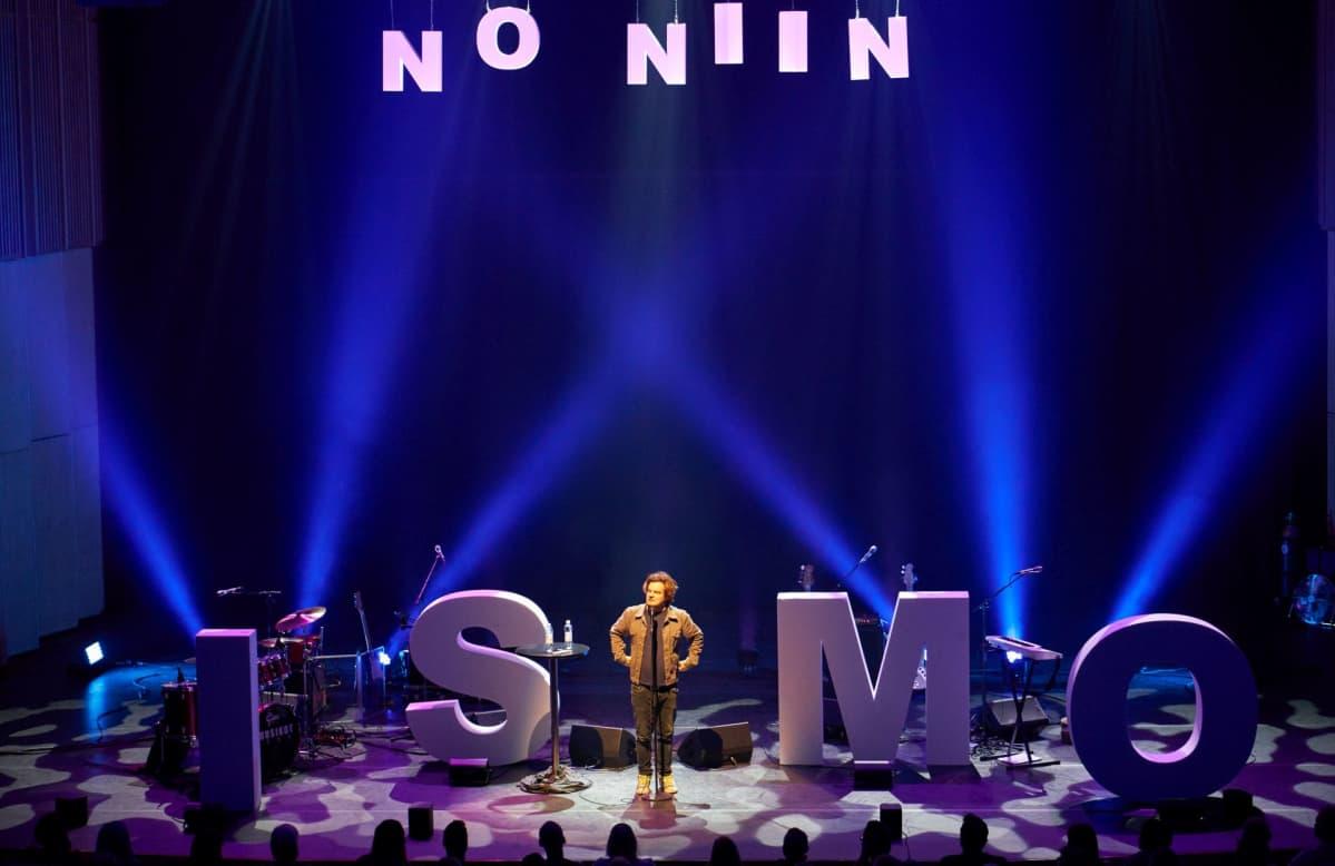 Ismo Leikola lavalla No niin -kiertueella marraskuussa 2017.