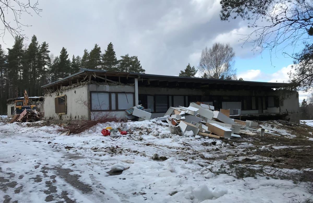 Yksi Paimion Naskarlanmäessä purettava rakennus.