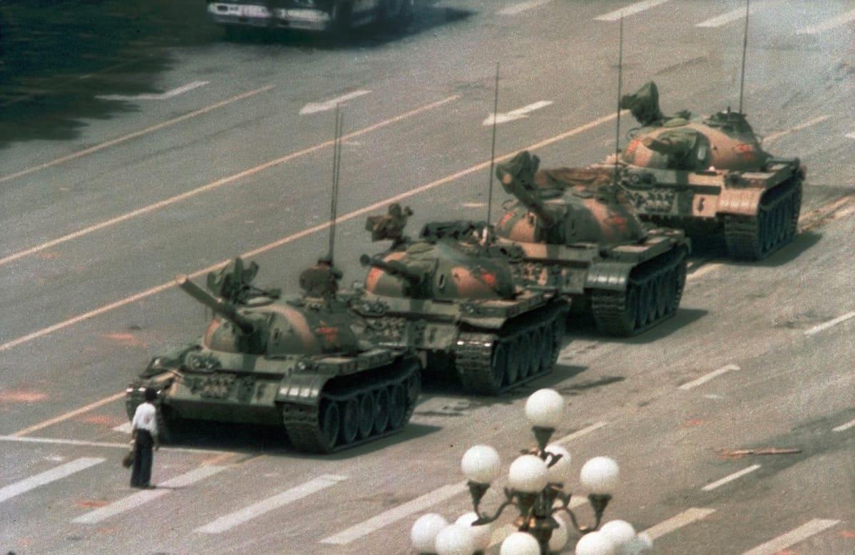 Mies seisoo panssarien edessä Tiananmenin aukiolla kesäkuussa 1989.