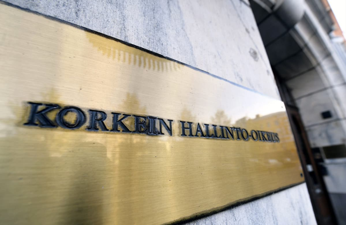 Korkeimman hallinto-oikeuden kyltti Fabianinkadulla Helsingissä.