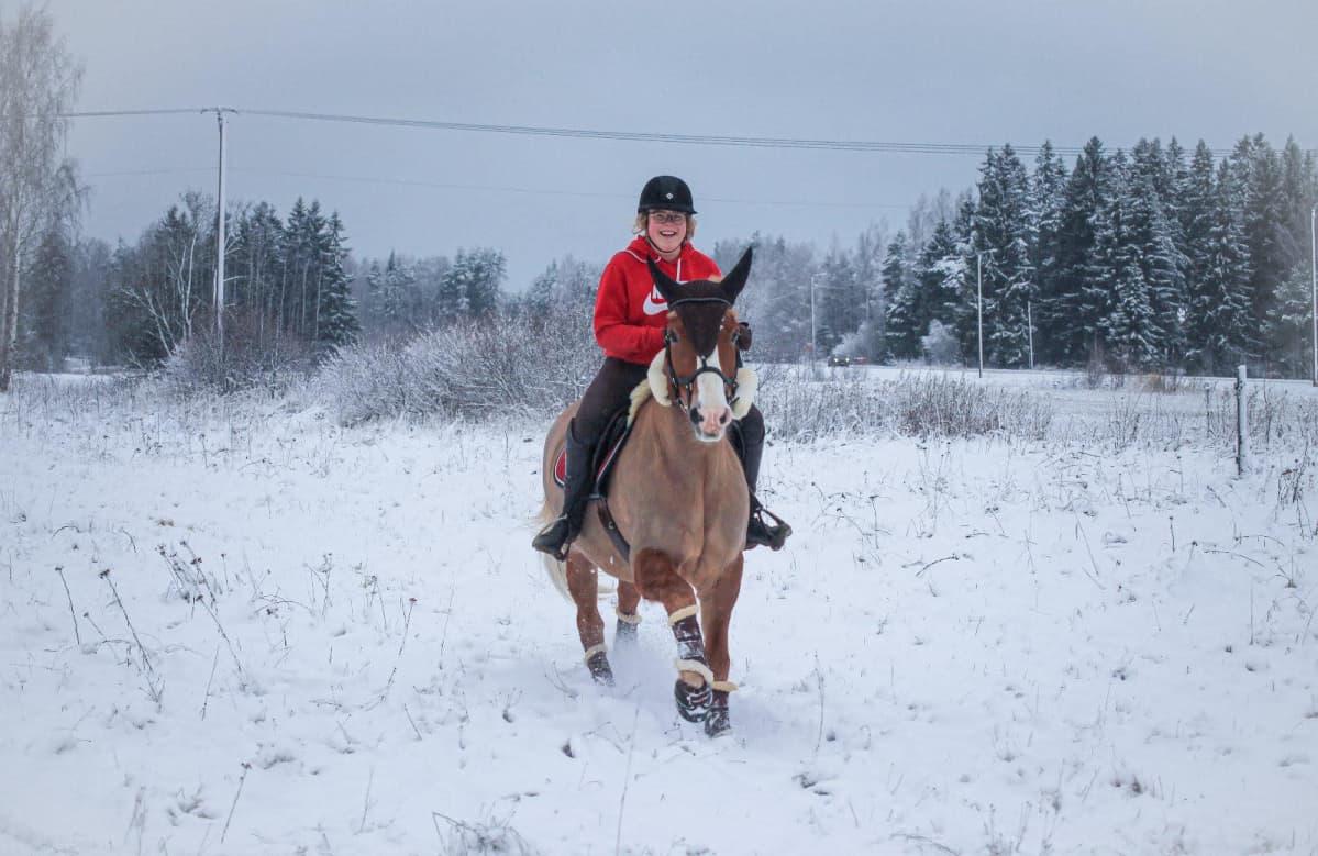 Janina Tiihonen ratsastaa