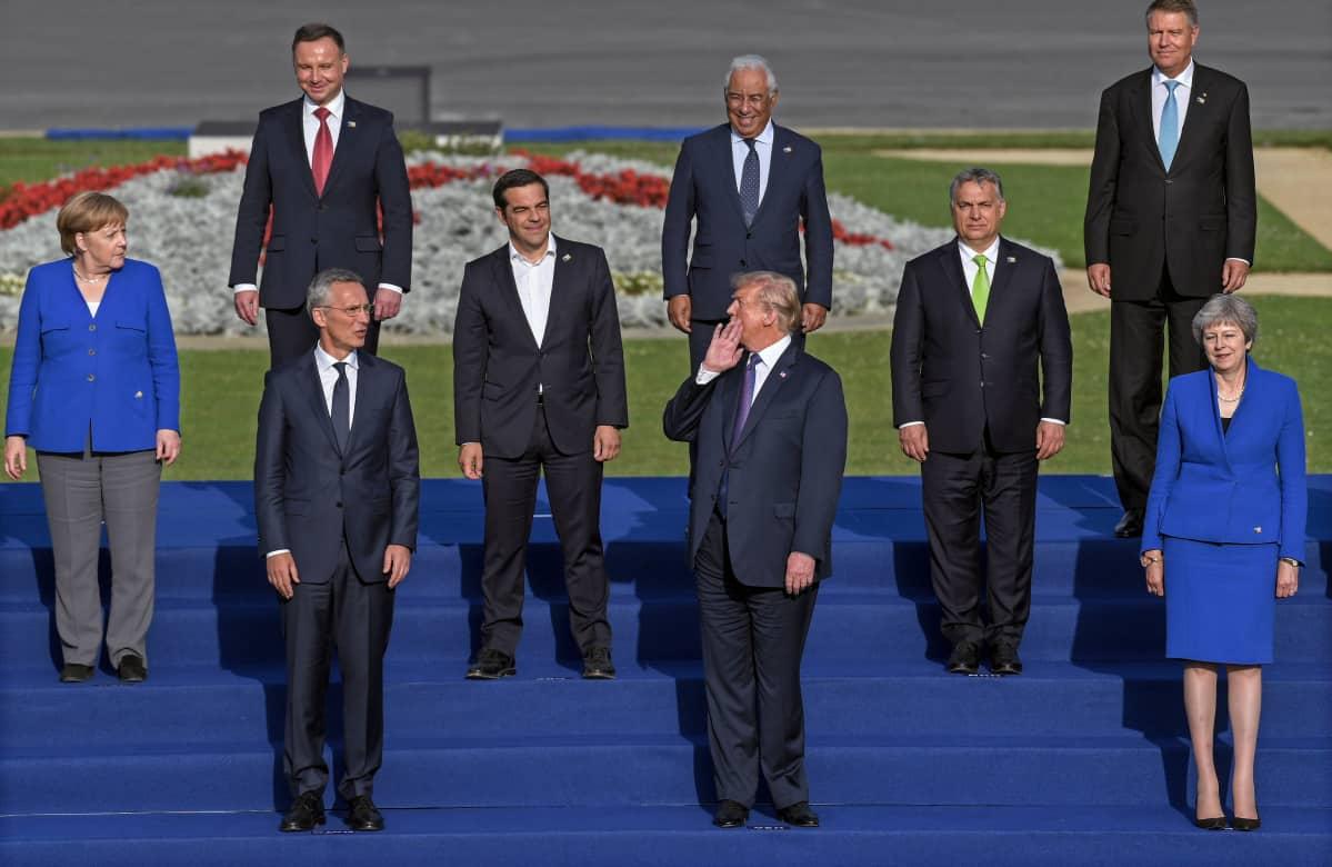 Yhdysvaltain presidentti Donald Trump (kesk.) osallistui eurooppalaisten Nato-maiden johtajien ja pääsihteeri Jens Stoltenbergin (vas.) kanssa ryhmäkuvaan illallisen yhteydessä Brysselissä.