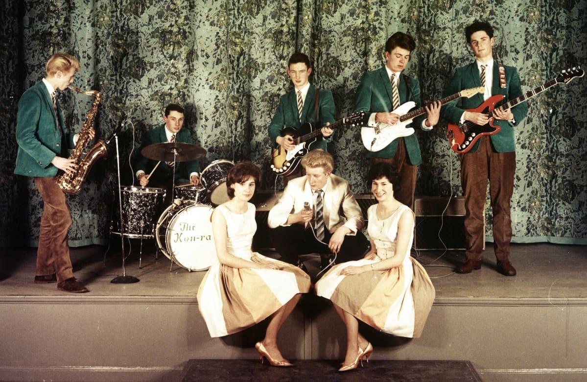 David Bowie (vas.) The Konrads -yhtyeen riveissä noin vuonna 1962.