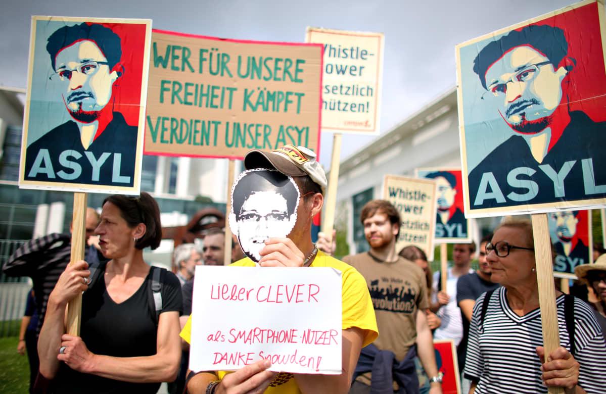 Edward Snowdenin puolesta osoitettiin mieltä Berliinissä heinäkuun alussa 2013.