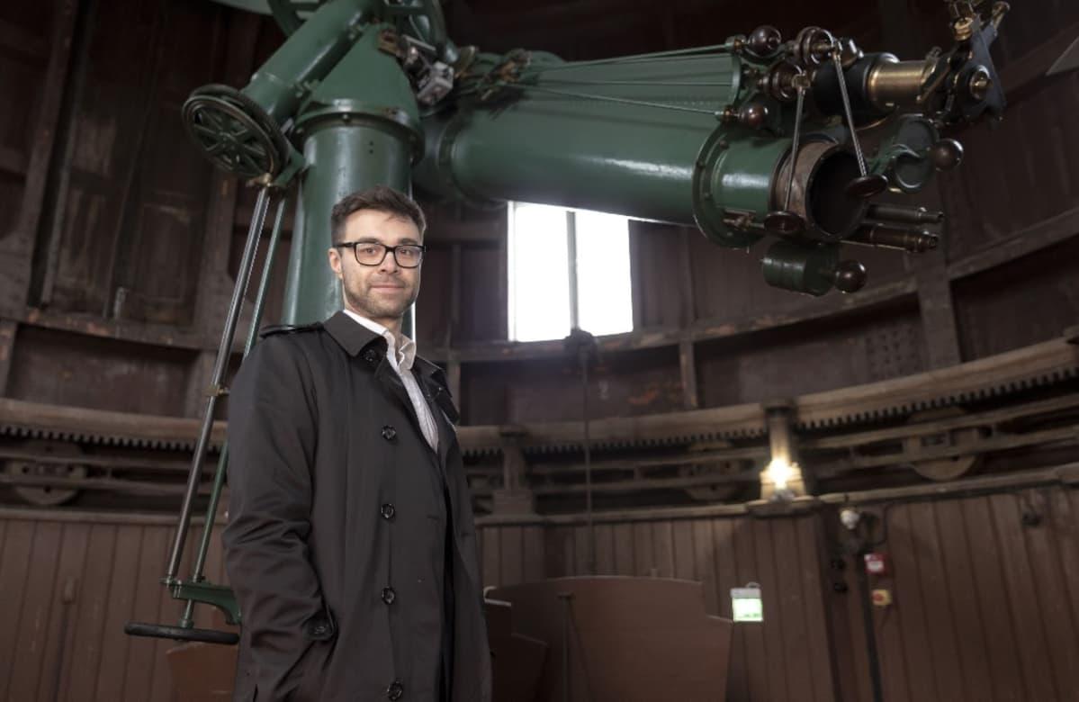 Tutkija Tommi Tenkanen Helsingin observatoriossa.