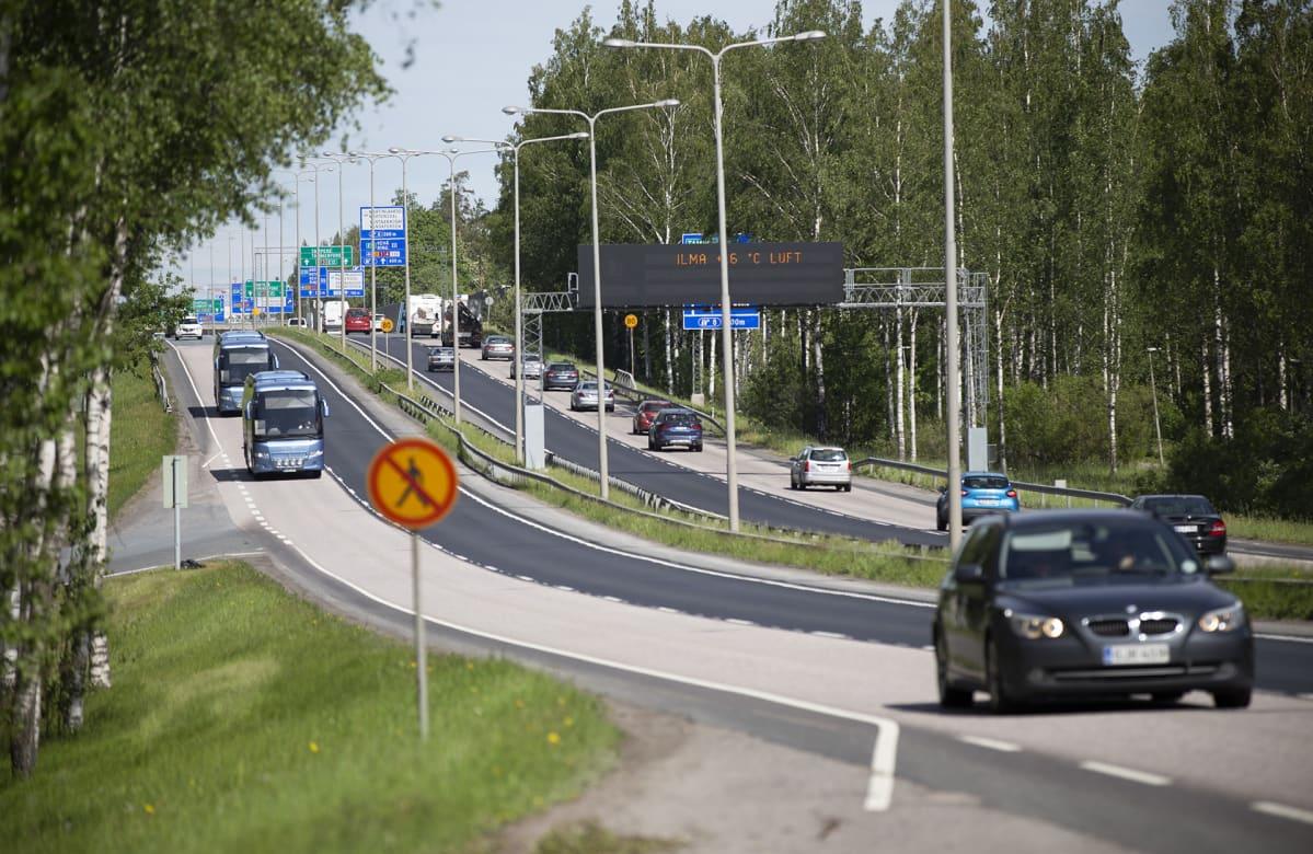 autoja ja busseja liikenteessä