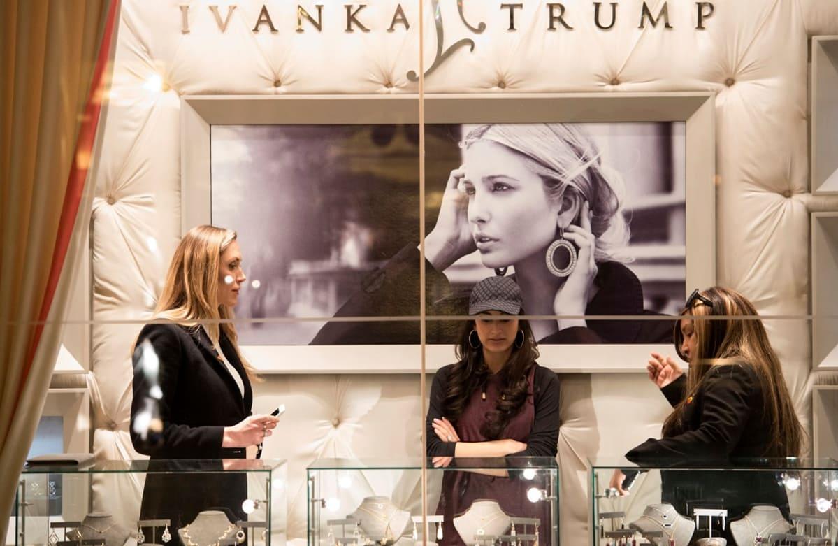 Ivanka Trump -yrityksen putiikki sijaitsee Trump Tower -pilvenpiirtäjässä New Yorkissa. Kuvassa vasemmalla Lara Yunaska, joka on Trumpin pojan Ericin vaimo.