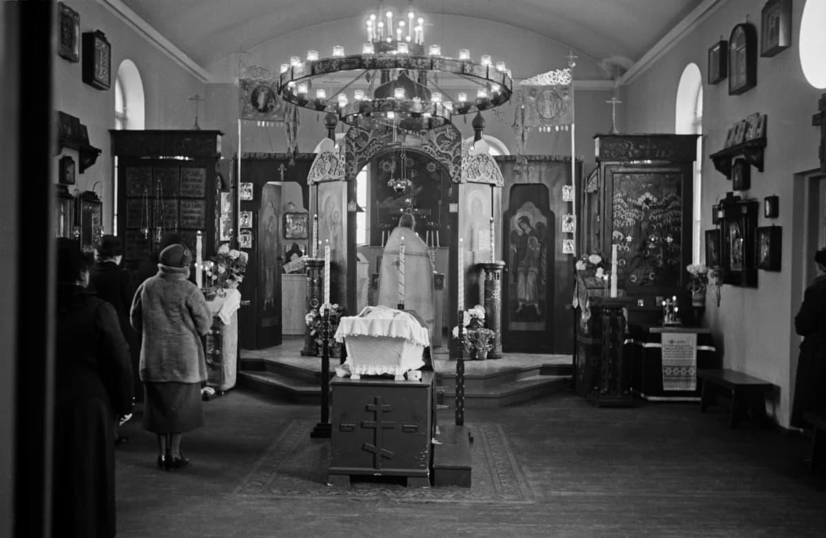 Hautajaiset Pyhän Nikolauksen kirkkossa vuonna 1945.