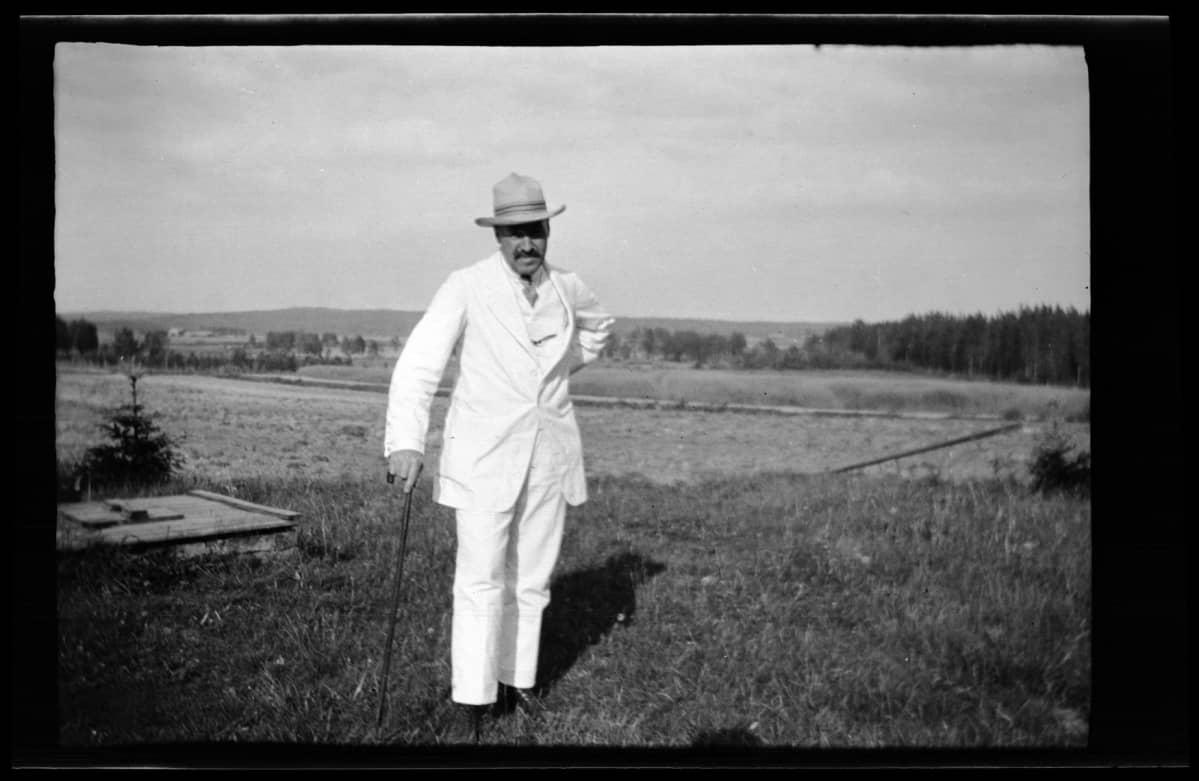 Hugo Simberg Peränteen maisemissa Ähtärissä kesällä 1917.