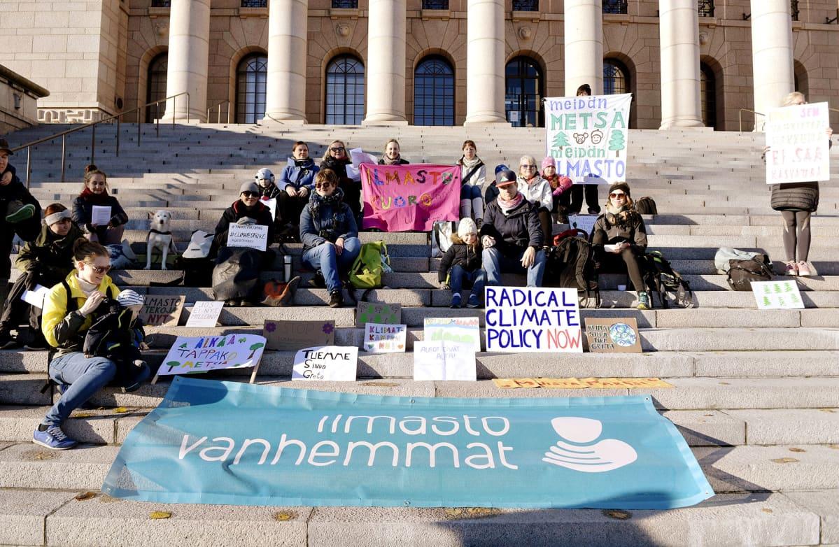 Eduskuntatalon portailla tukimielenosoitus 15-vuotiaalle ruotsalaiselle ilmastoaktivistille Greta Thunbergille.