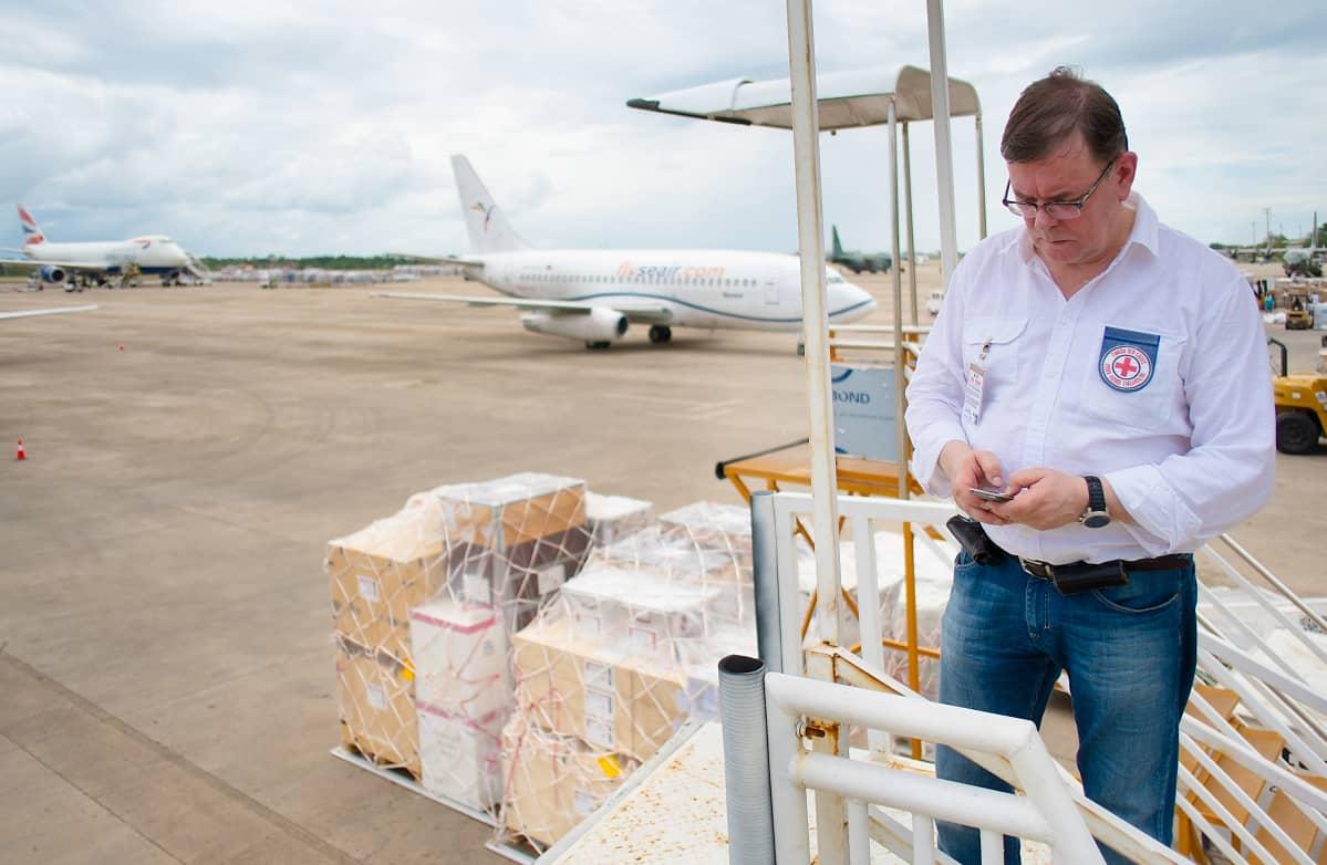 Kalle Löövi yhteyksiä ottamassa Filippiineillä, Cebun saarella. SPR toimitti alueelle avustusarvikkeita ja terveysaseman hirmymyrskyn jälkeen.