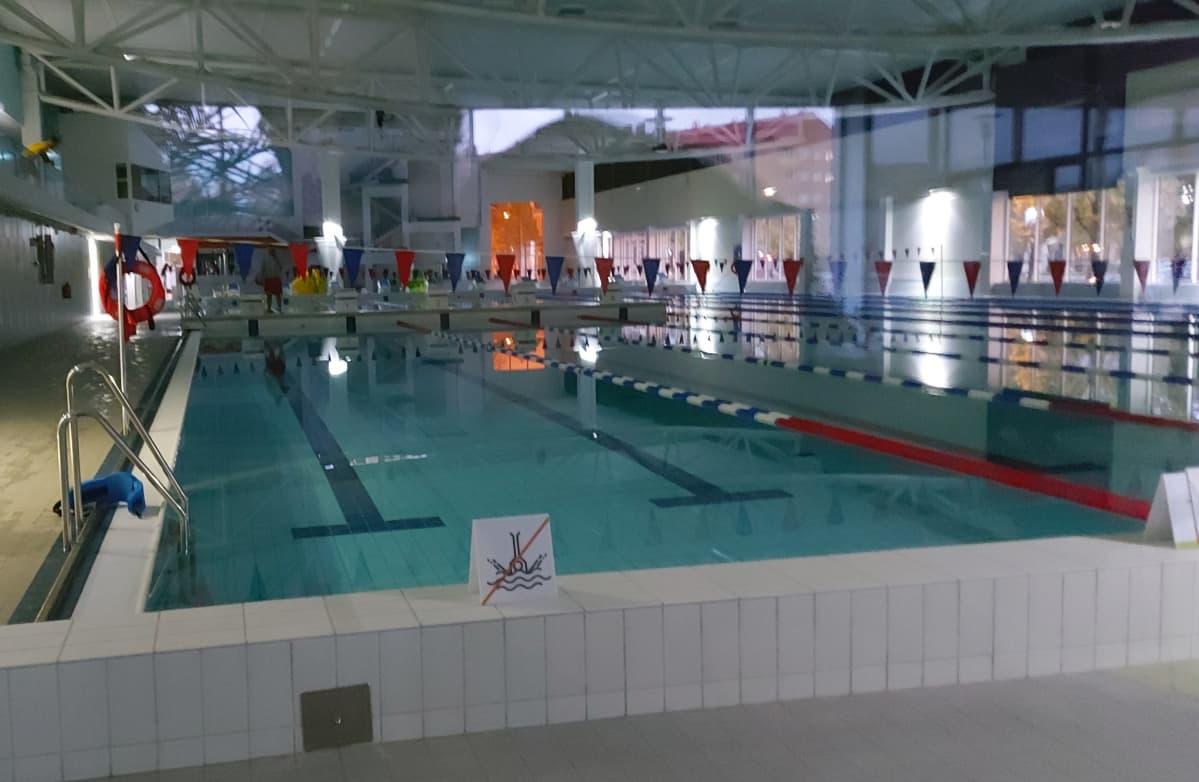 Kuopion uusi uimahalli pimeänä