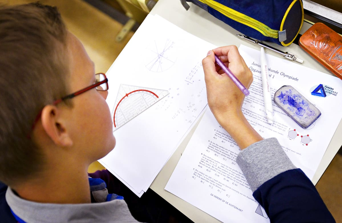Oppilas tekee matematiikankoetta