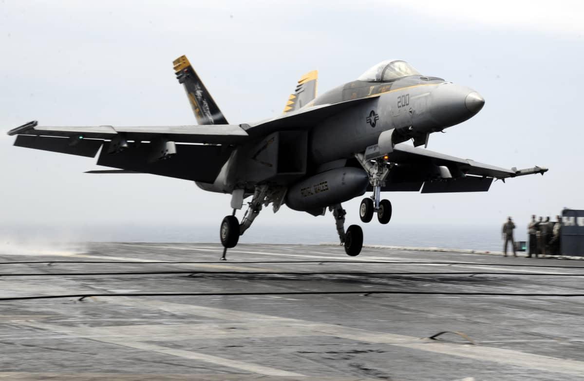 FA-18E Super Hornet laskeutuu lentotukialukselle sotaharjoituksessa Etelä-Koreassa.