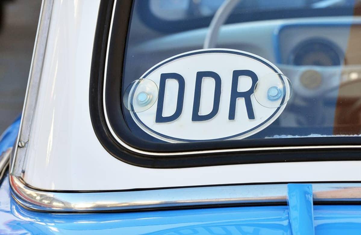 Trabant auto ja DDR maatunnus.