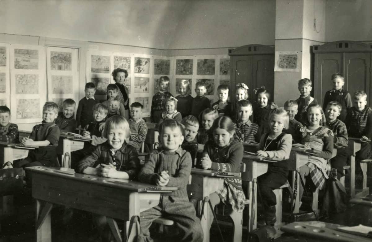 Frederik lapsena koulukuvassa muun luokan kanssa