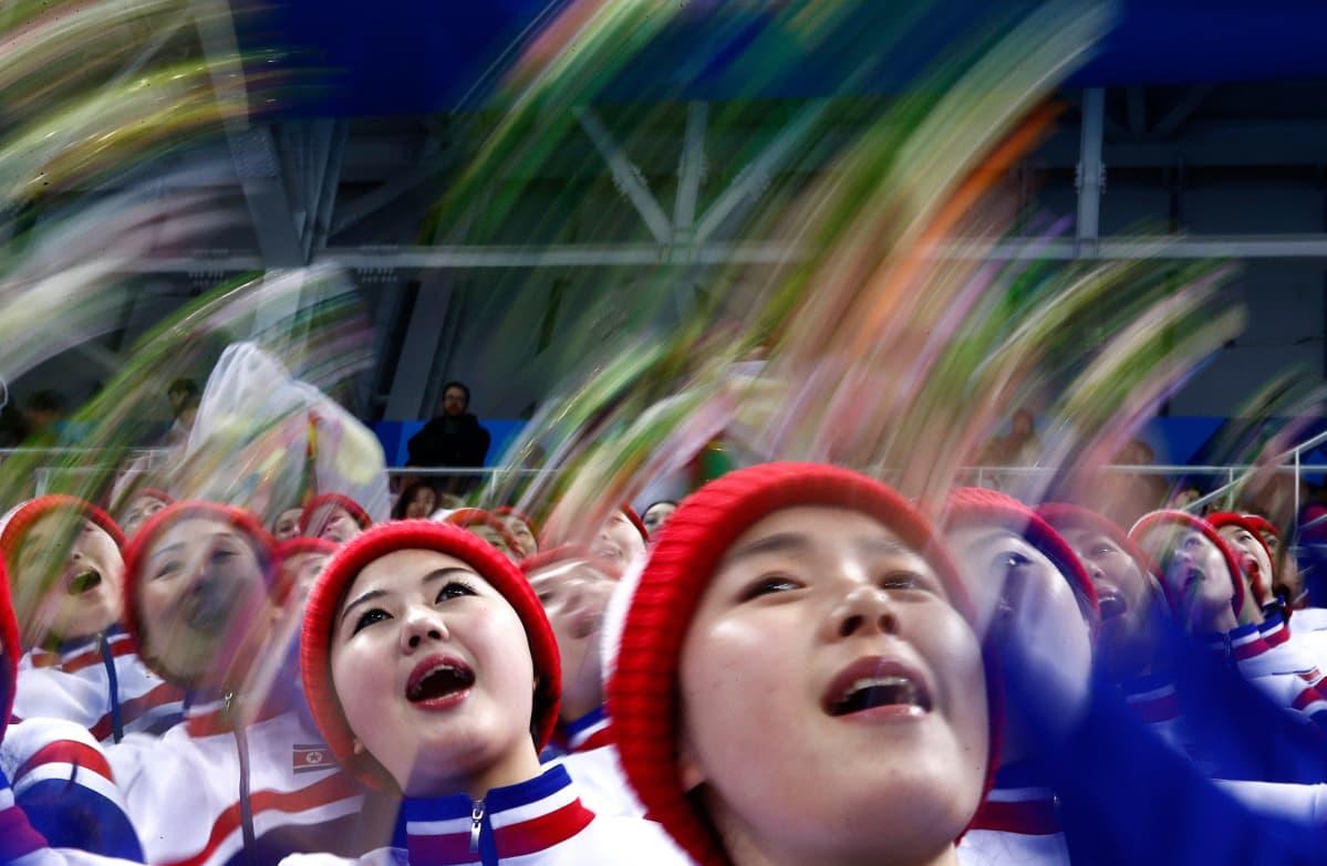 Pohjoiskorealaiset cheerleaderit esiintyivät Etelä-Korean ja Tšekin välisessä miesten jääkiekko-ottelussa.