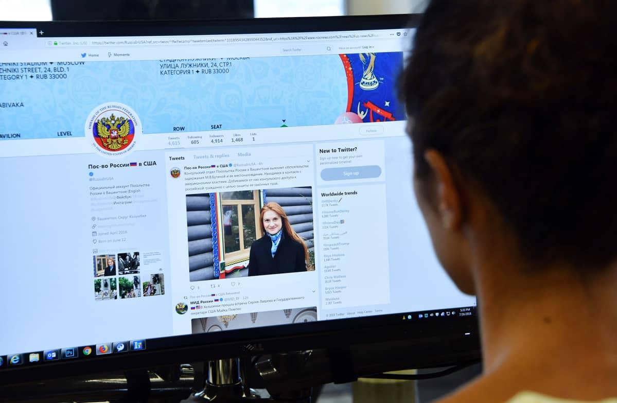 toimittaja katsoo twitter-tiliä jossa kerrotaan Mariia Butinan pidätyksestä