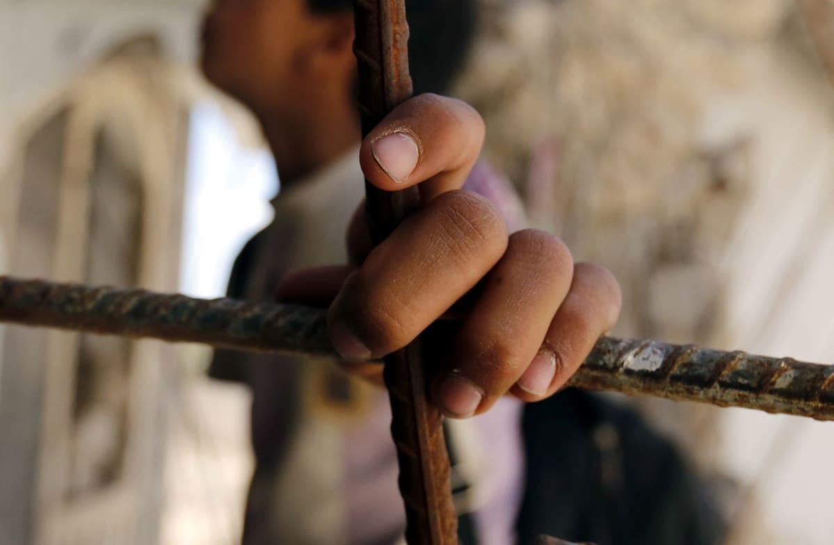 Seitsemän ihmistä kuoli sairaalan pommituksessa Rifatin kaupungissa Jemenissä tiistaina. Kuvan lapsi seisoi sortuneen talon raunioilla Sanaan kaupungissa maanantaina.