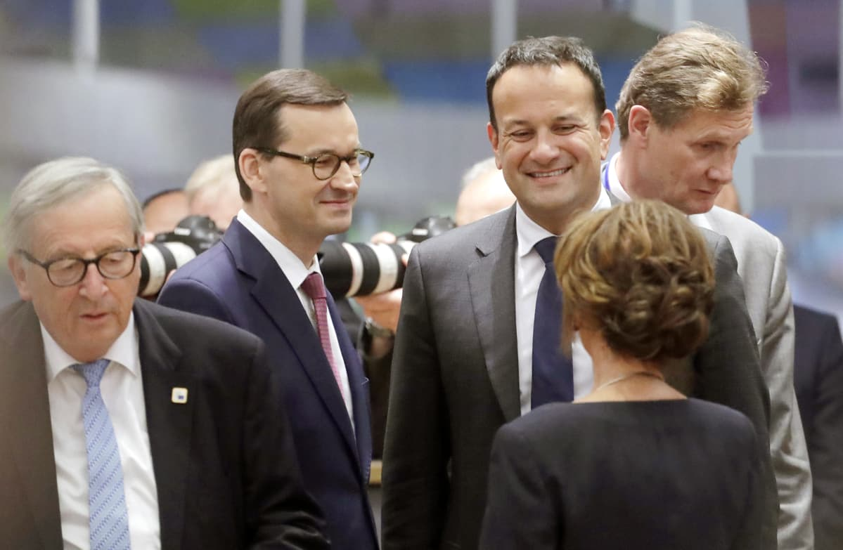 Euroopan komission puheenjohtaja Jean-Claude Juncker,  Puolan pääministeri Mateusz Morawiecki ja Irlannin pääministeri Leo Varadkar EU-huippukokouksessa Brysselissä juhannuksena 2019.