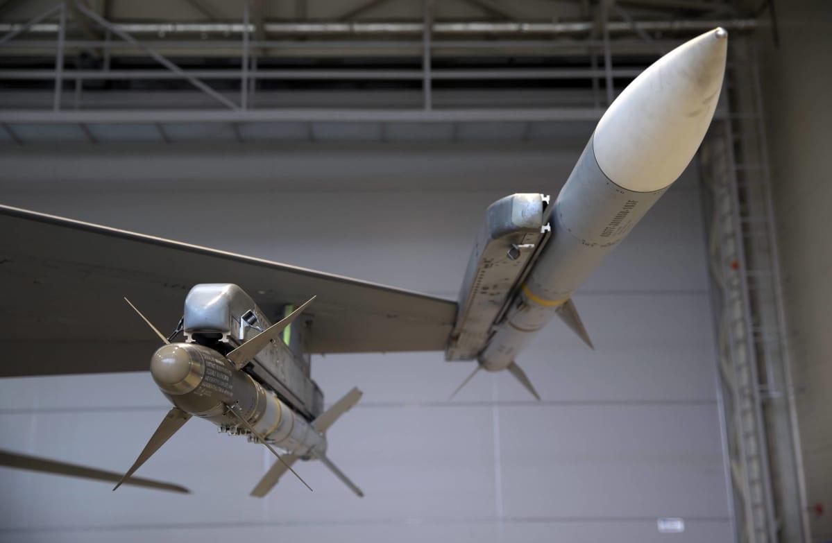 Belgialaisen F-16-koneen siipi, jossa on kiinni AIM-9M Sidewinder- ja AIM-120 Amraam-ohjukset Šiauliain lentotukikohdassa Liettuassa.