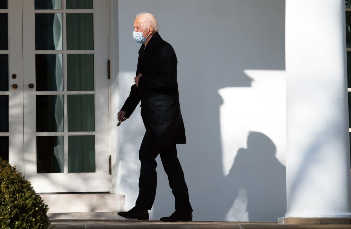 Joe Biden Valkoisen talon edustalla.