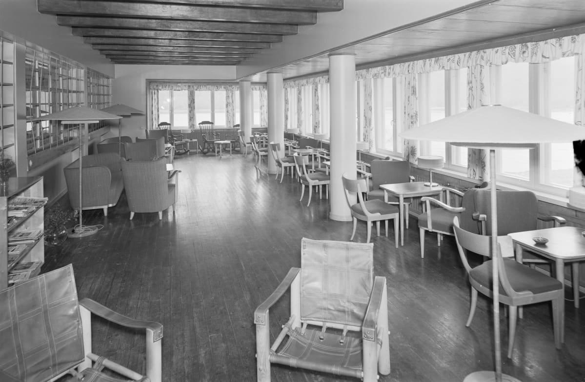 Suomen Matkailijayhdistyksen Kolttakönkään matkailijahotellin seurusteluhuone 1939