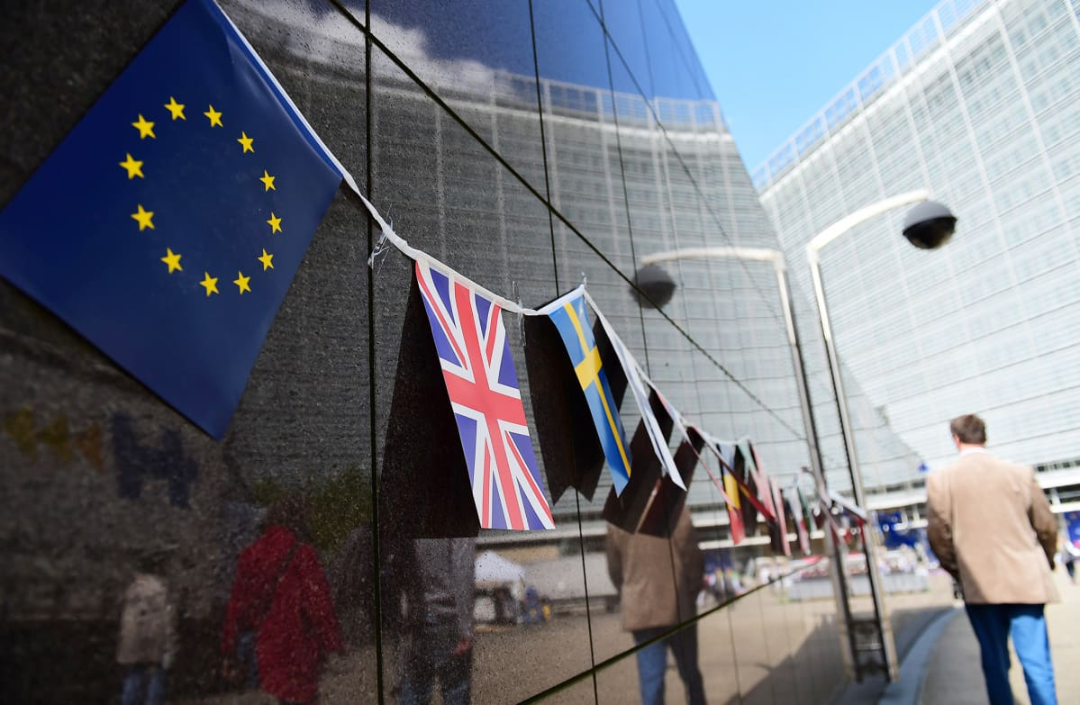 EU:n ja Iso-Britannian liput vierekkäin kuvattuna Brysselissä 8. toukokuuta.