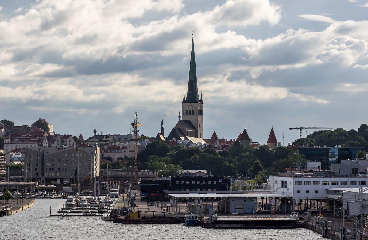Tallinna kaupunkikuvaa mereltä käsin.