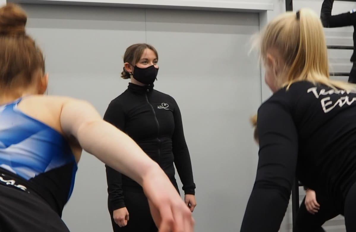 Valmentaja Nella Tuominen ohjaa joukkuetta painojen kanssa.