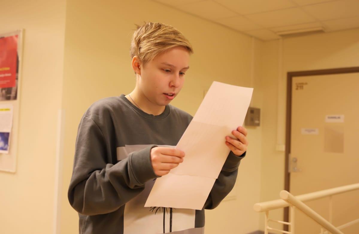 Emmiina Tuononen tutkii yo-tuloksiaan papereista