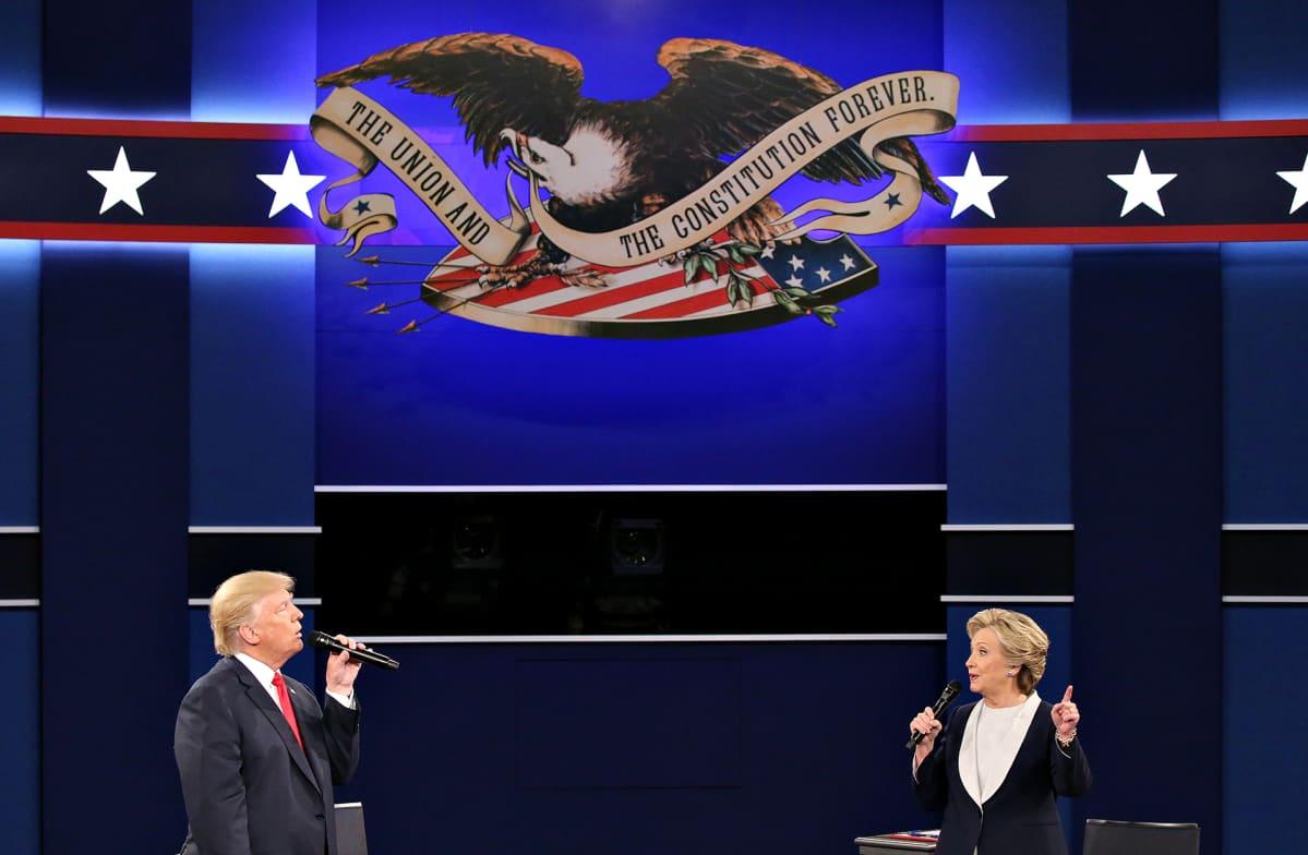 Presidenttiehdokkaat Donald Trump ja Hillary Clinton toisessa suuressa vaaliväittelyssä St. Louisin yliopistossa 9. lokakuuta 2016.