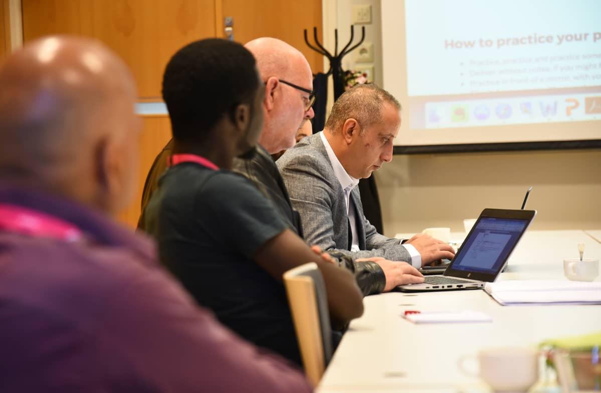 Yrityskotoutus hankkeen koulutusta Oulussa turvapaikan saaneille henkilöille.