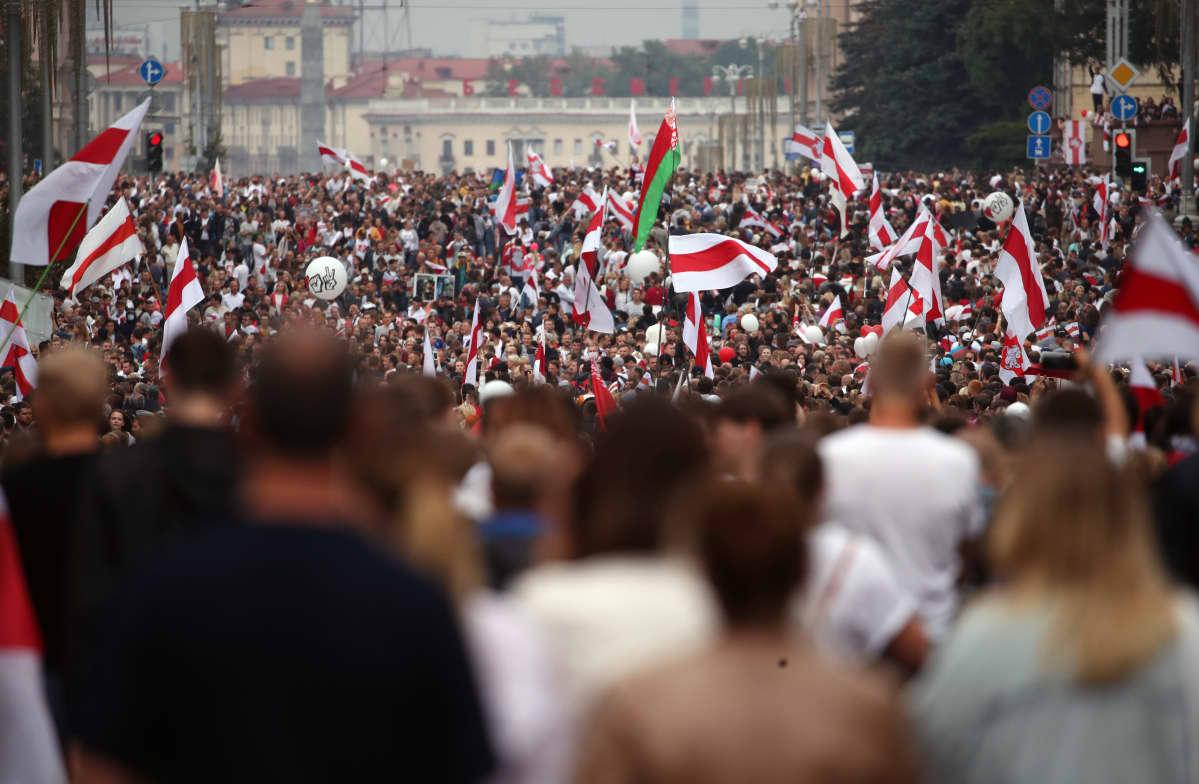 Uutistoimisto AP:n arvion mukaan opposition koolle kutsumaan mielenosoitukseen Minskiin on osallistunut yli 100 000 mielenosoittajaa.