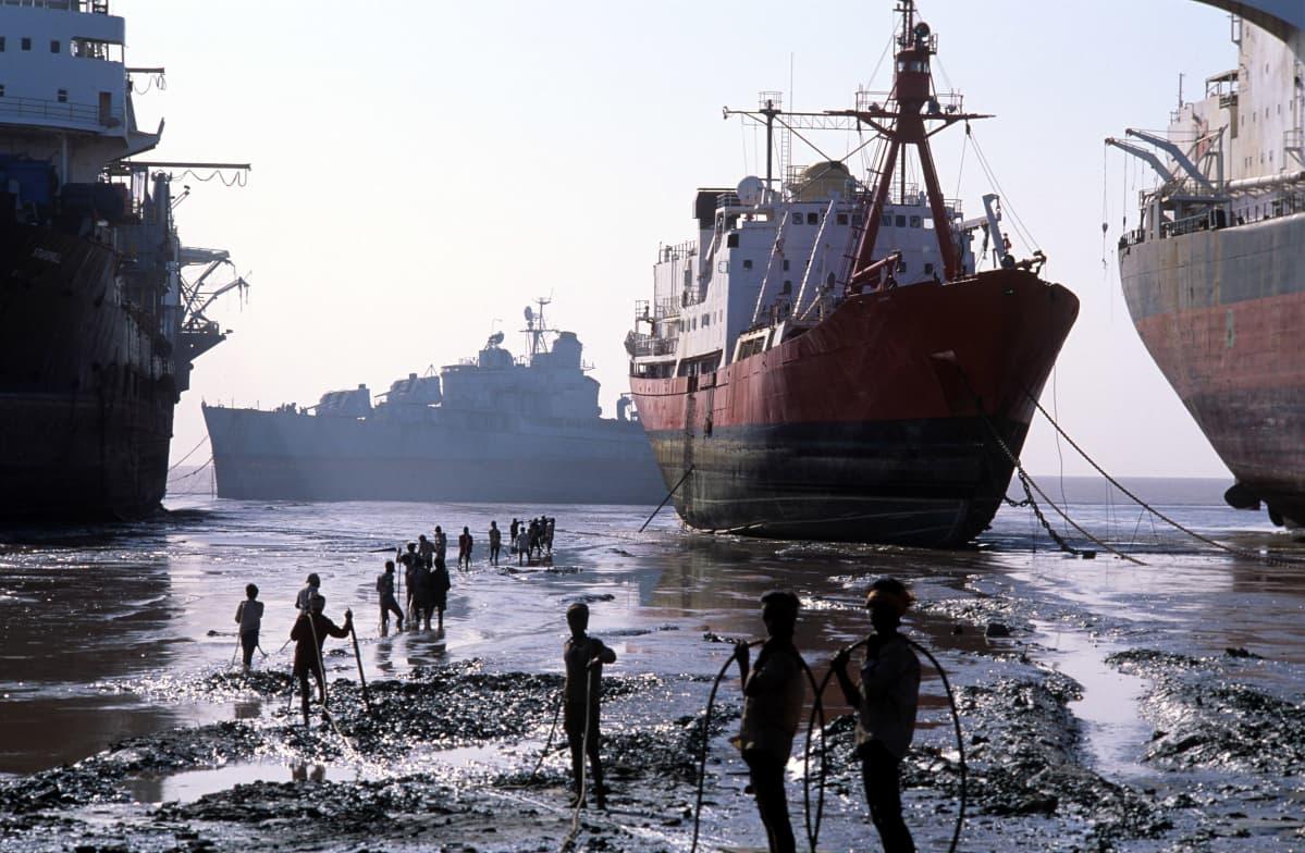 Laivoja ja niiden purkajia Intian Alangissa 1993.
